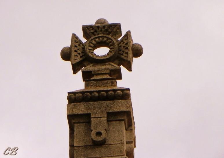 La Croix occitane qui surplombe le monastère.